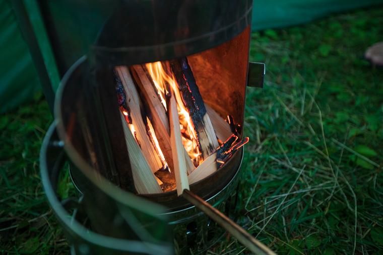 ストーブの薪を燃やして火をつける様子