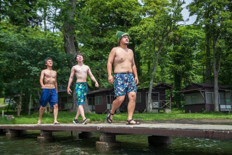湖に向かって歩く3人