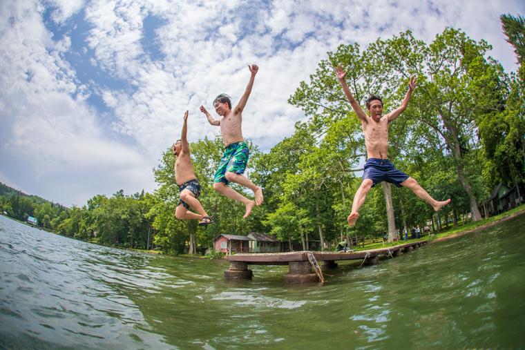 湖に勢いよくダイブする3人
