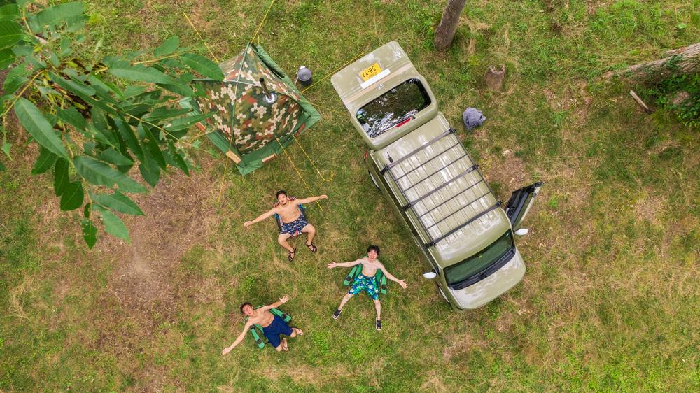 ドローンで上空から3人を撮影