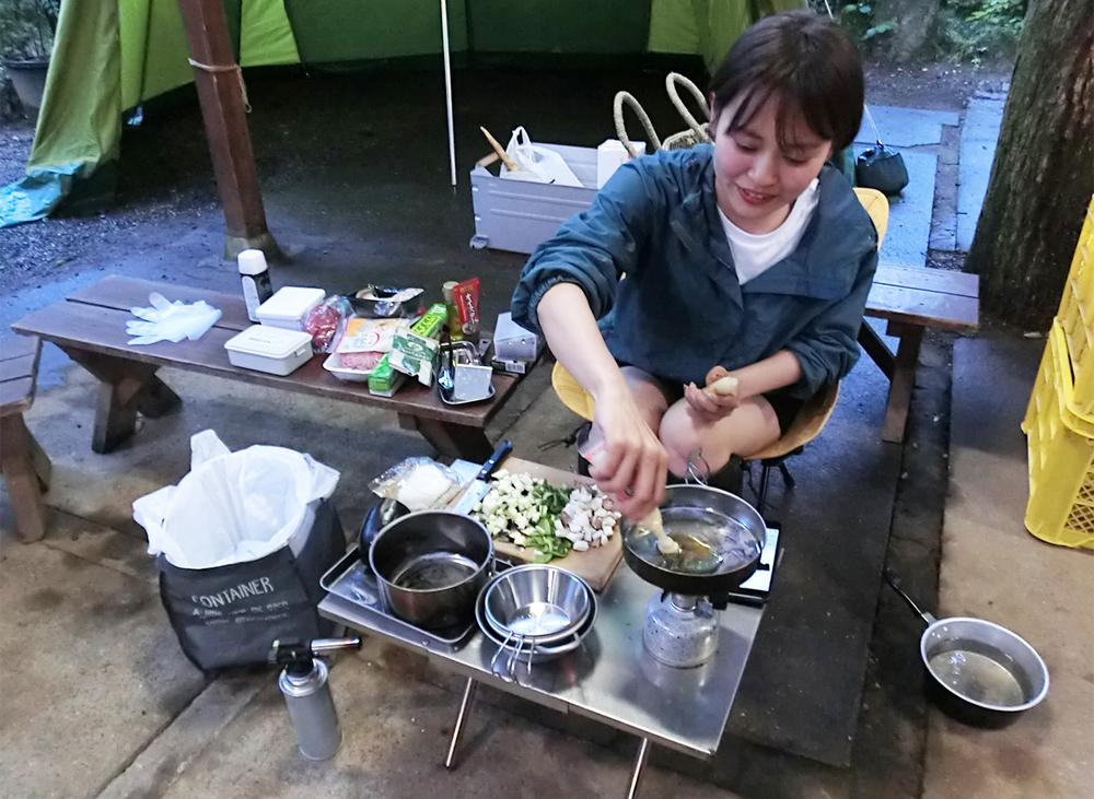 ソロキャンプで料理を作っている人のイメージ