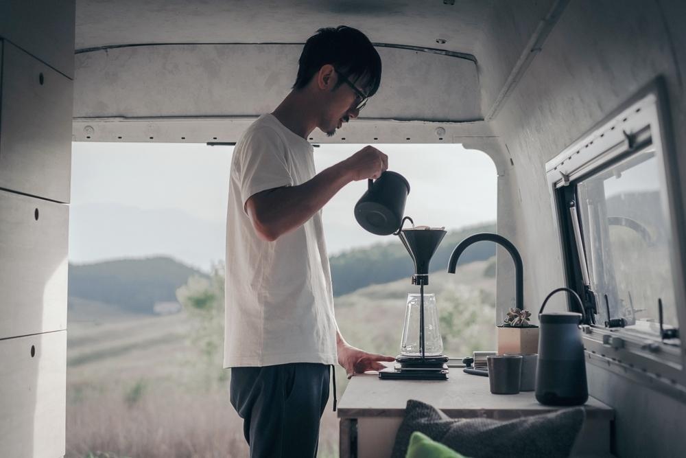 ベンツの中でコーヒーを入れる渡鳥ジョニーさん