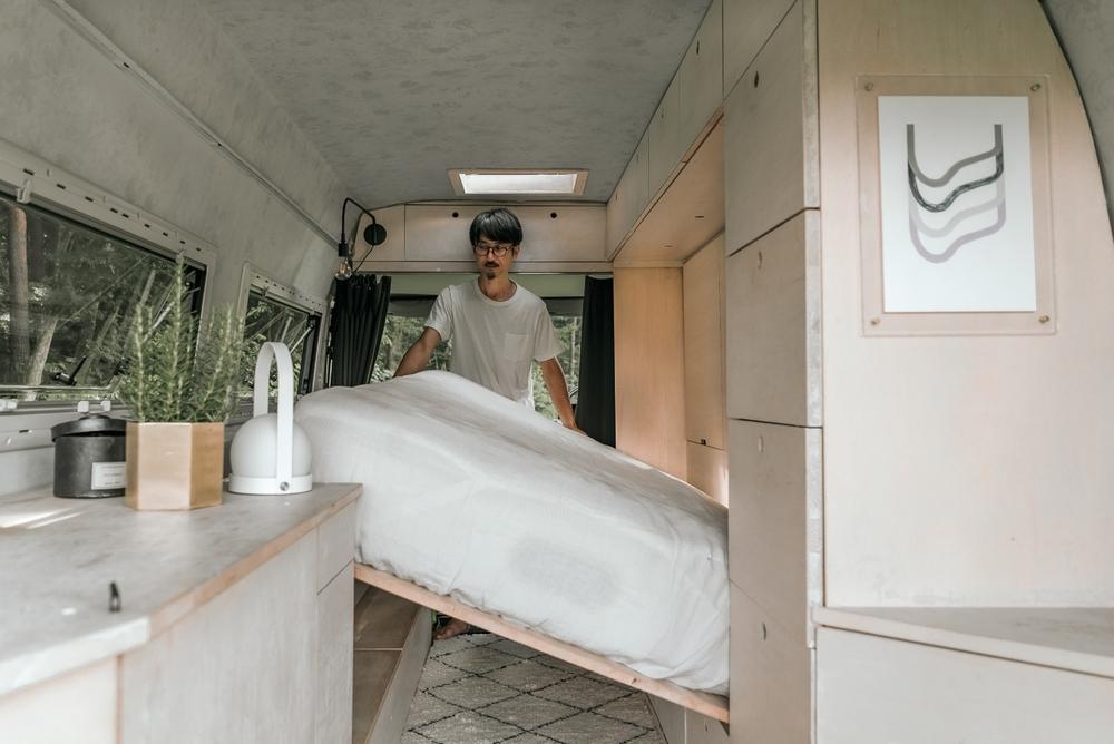 渡鳥ジョニーさんの愛車のメルセデス・ベンツ・トランスポーター。跳ね上げ式のベッドは、シモンズの高級マットレスを使用