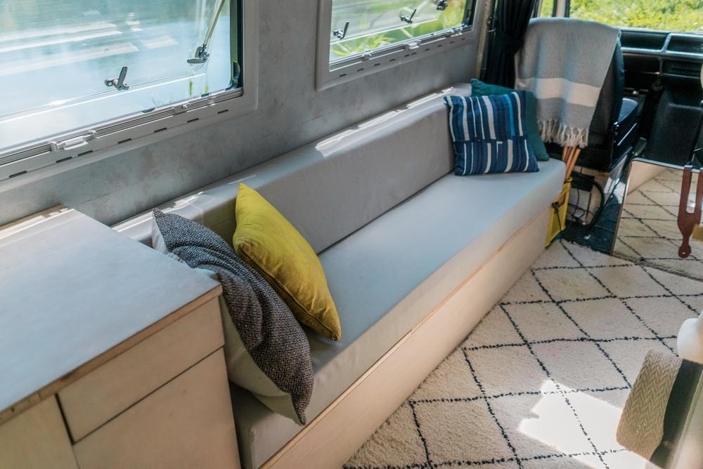 ベンツの車内には、奥はる奈さんが設計したソファ