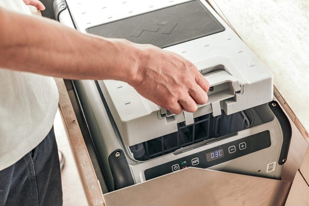 外部電源、サブバッテリー、ソーラー給電の3系統で稼働する冷蔵・冷凍庫