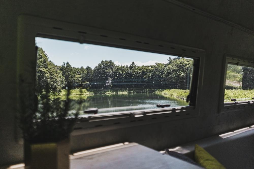 ベンツの窓の外に美しい風景が見えている