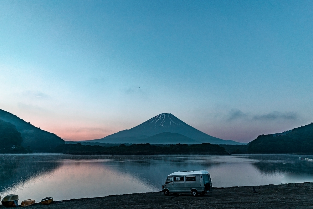 富士五湖の1つ、精進湖の朝焼け