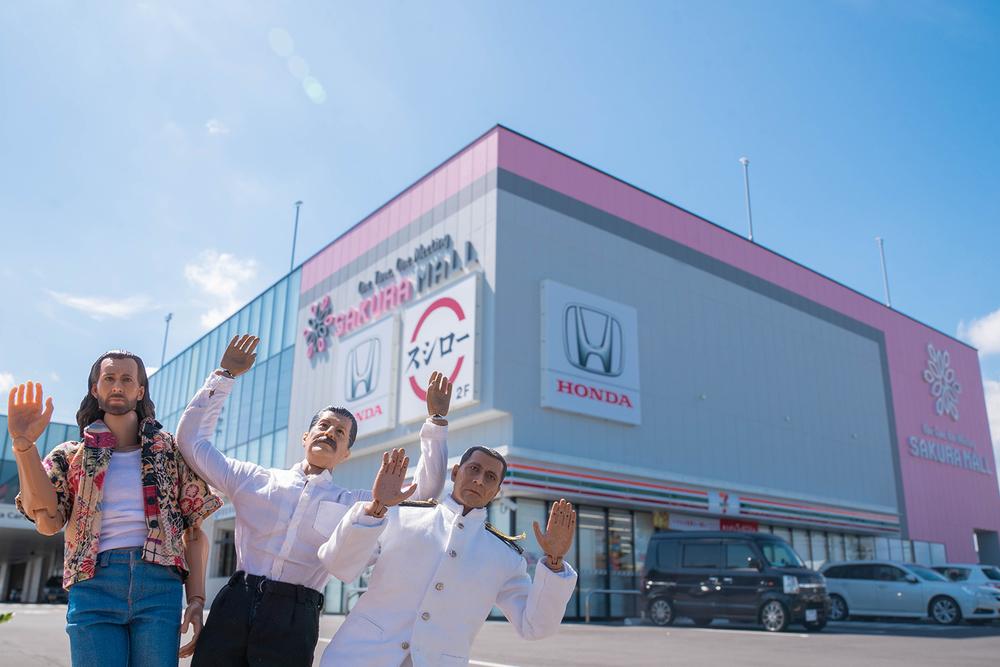 Honda Cars 東京西 さくらモール羽村店にやってきた、おじさん家政夫のミフネさん、ヨシダさん、ニコラスが記念撮影。