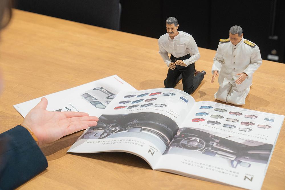 Honda Cars 東京西 さくらモール羽村店でN-WGN のカタログを見る。