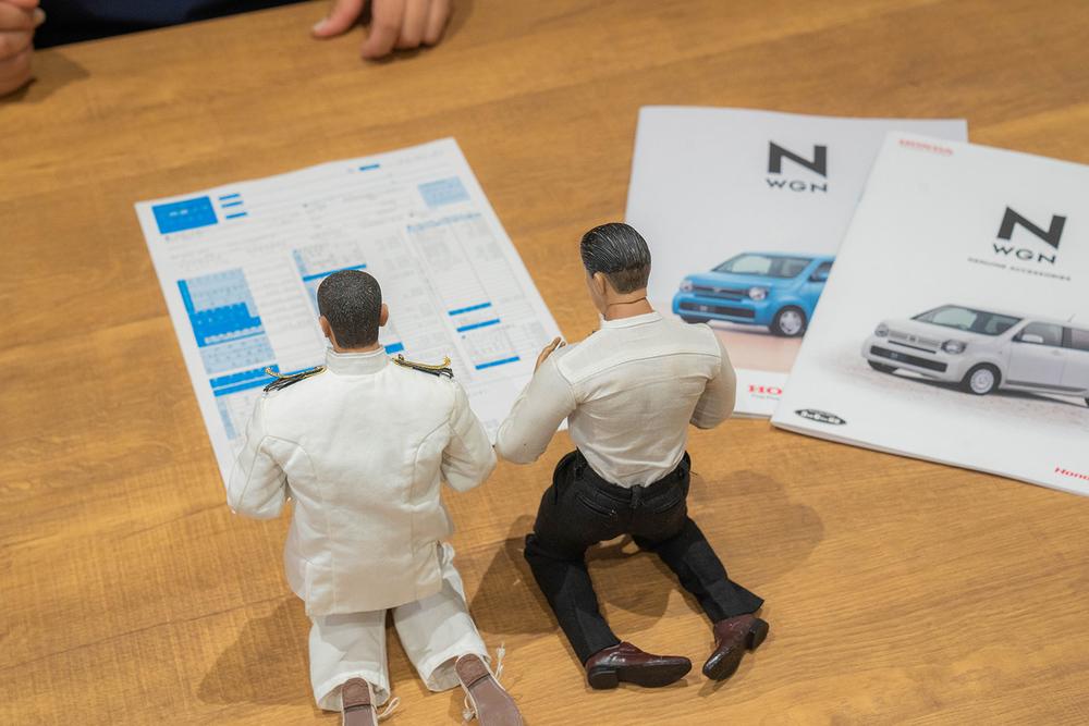 Honda Cars 東京西 さくらモール羽村店でN-WGN の見積もりを見る。