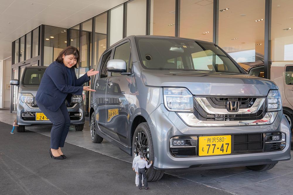 Honda Cars 東京西 さくらモール羽村店でN-WGN に試乗するミフネさんとヨシダさん。