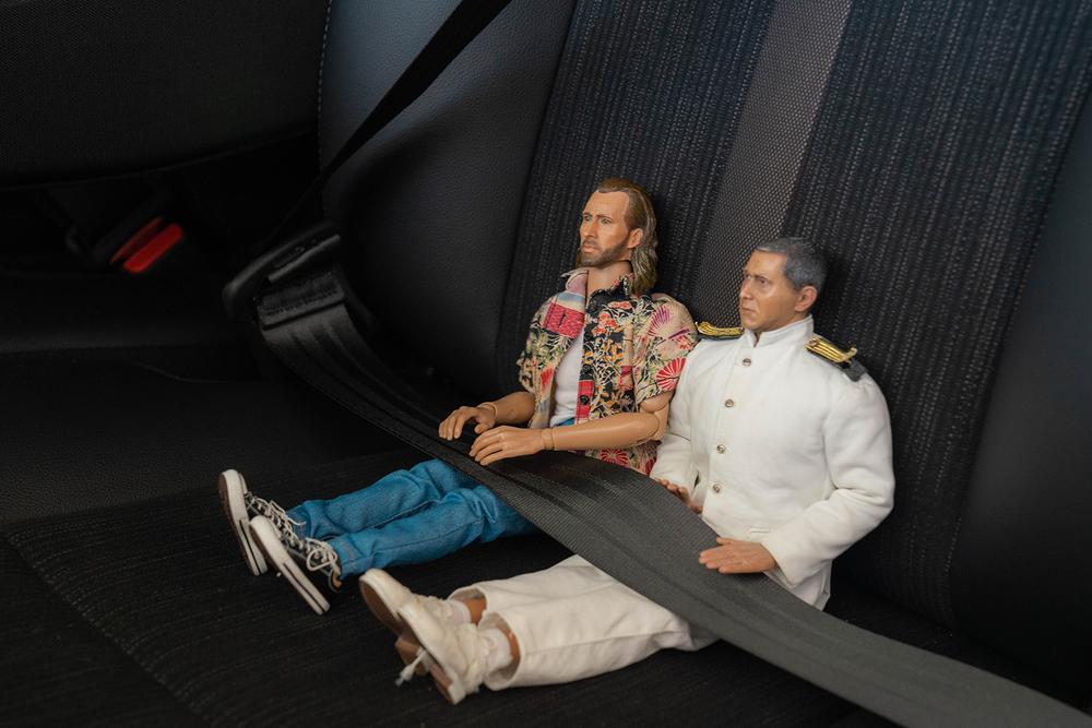 シートベルトをしめるニコラスとミフネさん