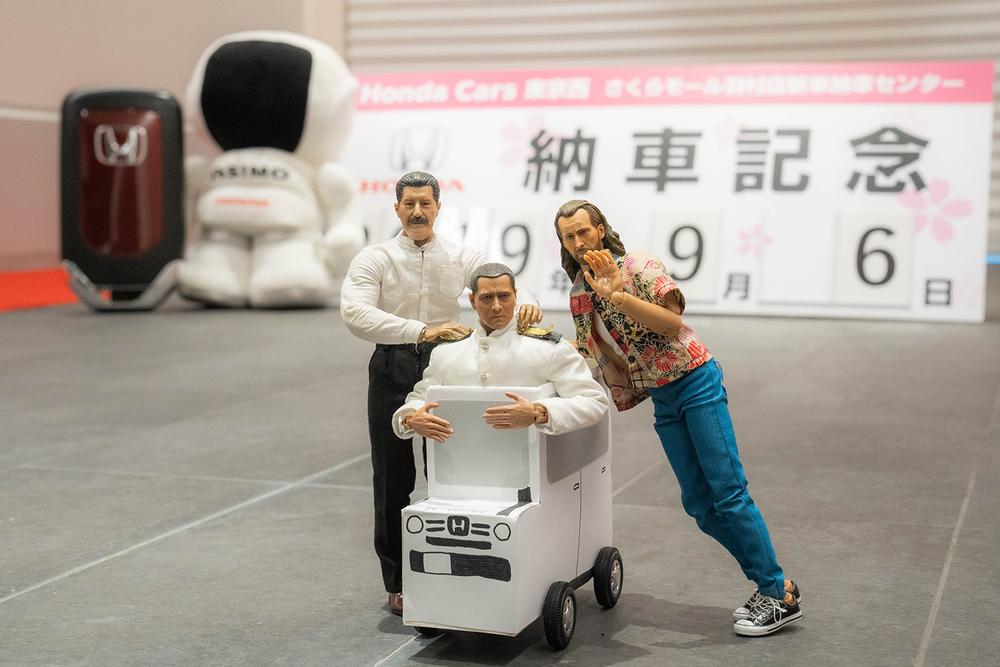 小さなおじさんサイズのクルマに乗るミフネさん、ヨシダさんとニコラスと記念撮影