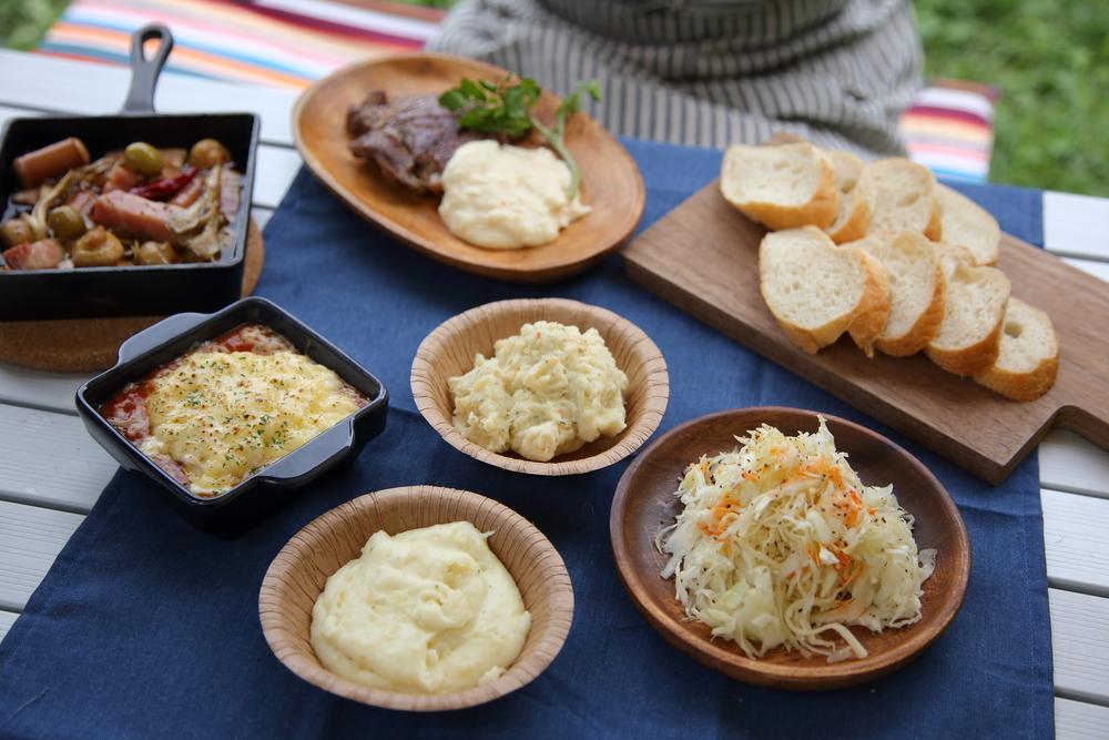 料理研究家リュウジのレシピで作った料理がテーブルに並ぶ様子