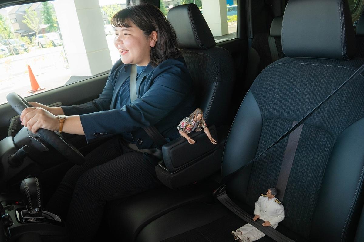 Honda Cars 東京西 さくらモール羽村店でN-WGN に試乗するミフネさんとニコラス。