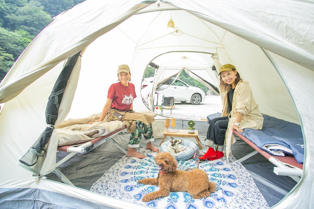 ペットとキャンプする女子キャンパーの芳美リンさんと内舘綾子さん