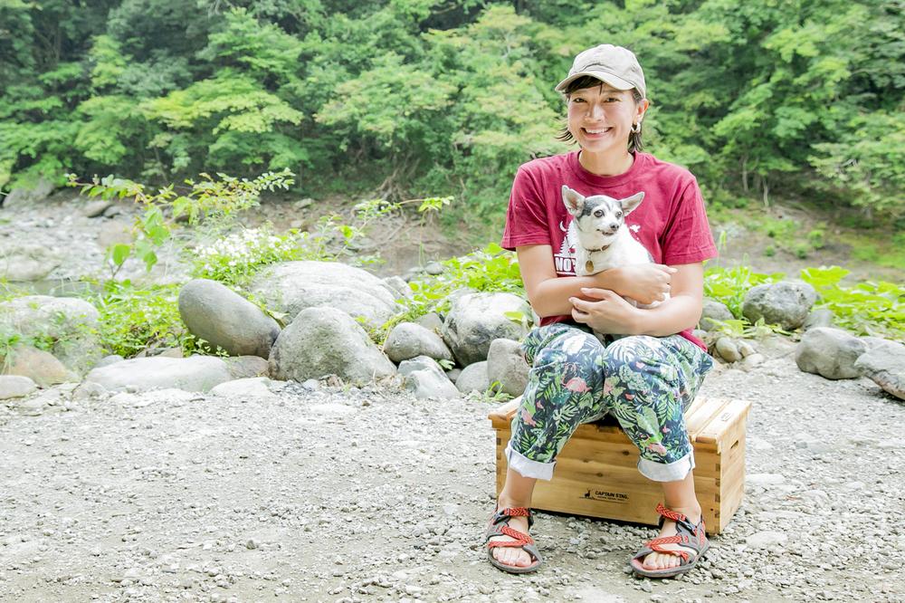 ペットのトイフォックステリアを抱いている芳美リンさん
