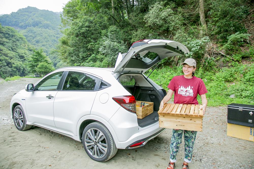 キャプテンスタッグの木製BOXを運ぶ芳美リンさん