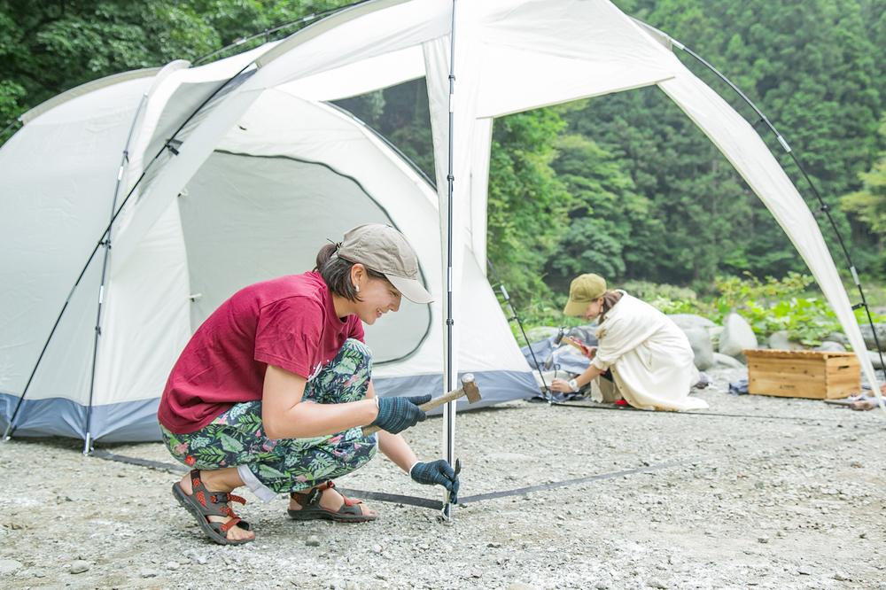 テントを設営するリンさん