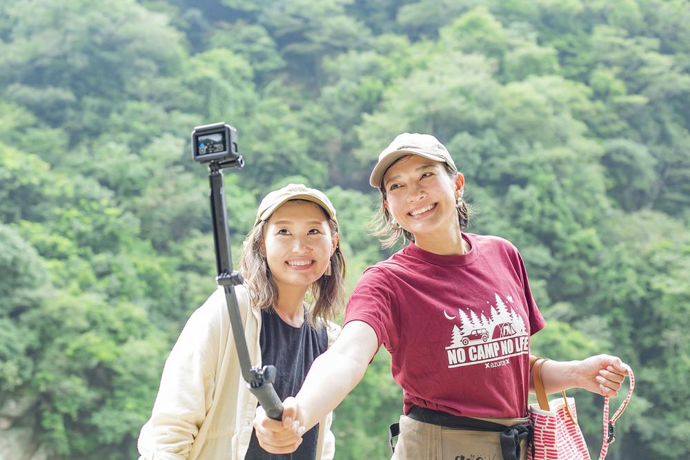 GoProで写真を撮るリンさんと綾子さん