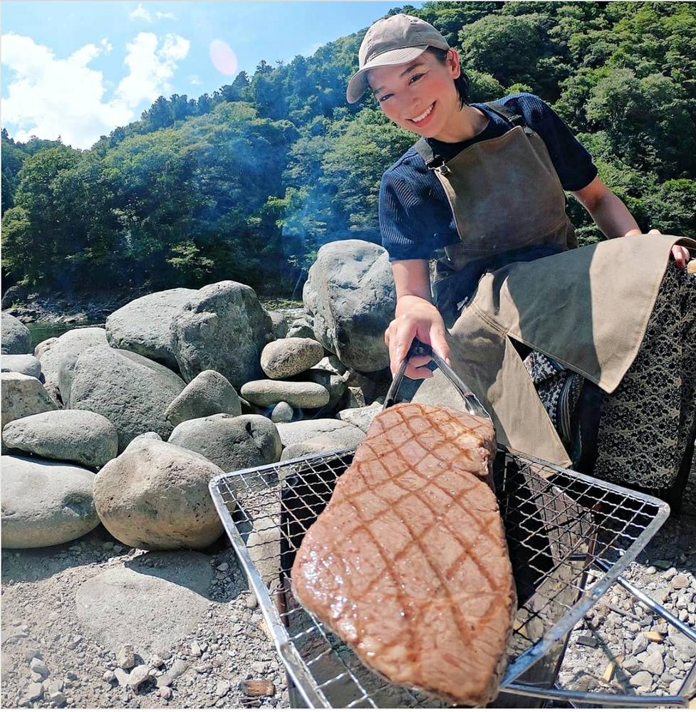 キャンプで肉を焼く