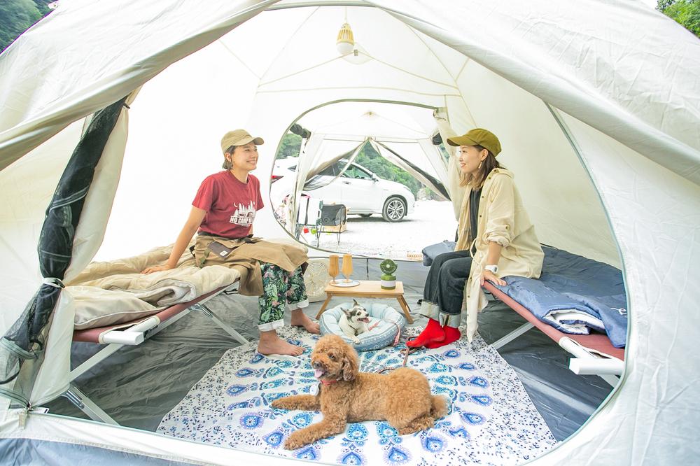 テントの中でおしゃべりする芳美リンさんと内舘綾子さん