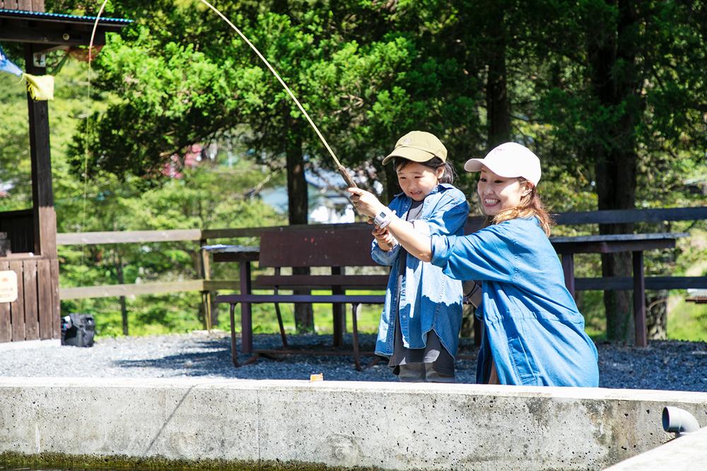 マス釣りを楽しむ親子