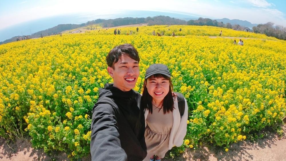 春の淡路島、満開の菜の花畑で日本一周チャレンジ中のわたなべ夫婦