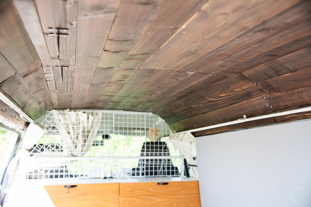 わたなべ夫婦の車内の様子、板張りの天井
