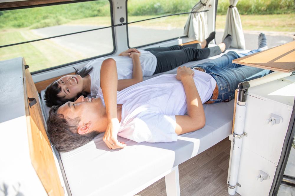 車内のベッドで寝ているわたなべ夫婦