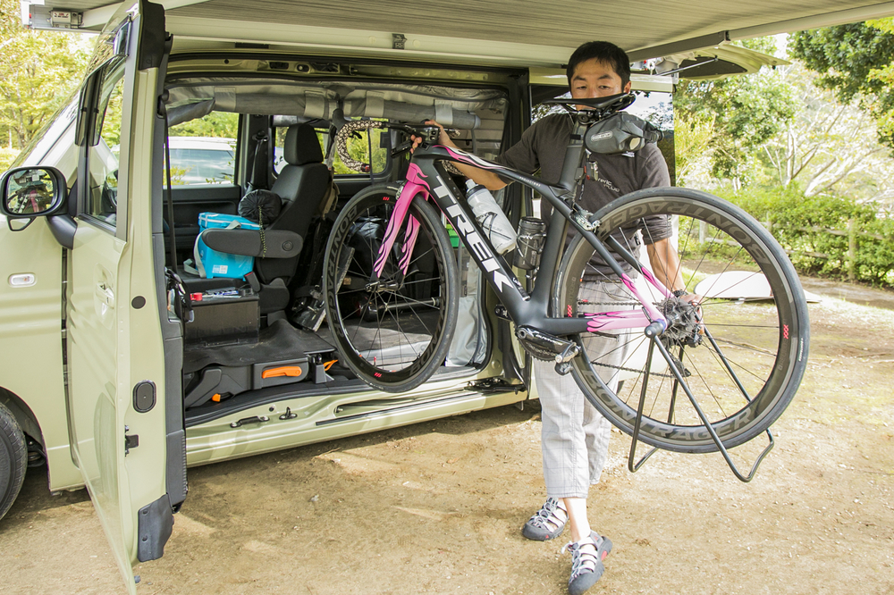 N-VANから自転車を出す男性