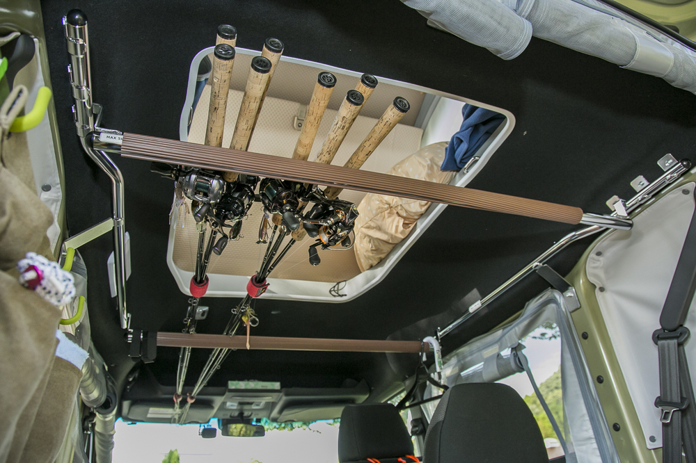 N-VAN COMPOの車内、天井のバーに釣り竿を収納