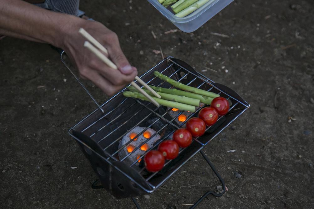 焚き火台でミニトマトとアスパラを焼く