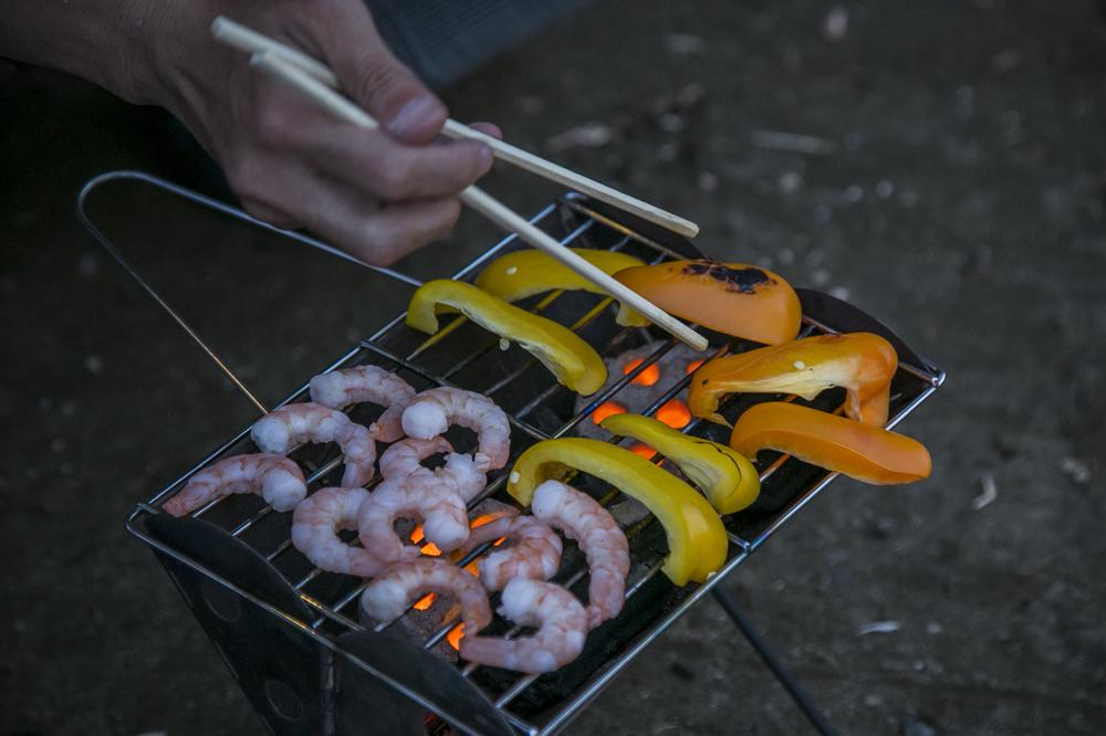 焚き火台でパプリカとエビを焼く