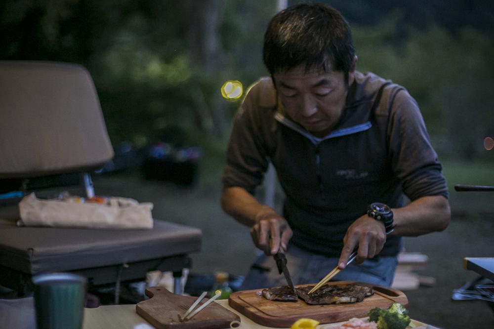 ステーキを切る男性