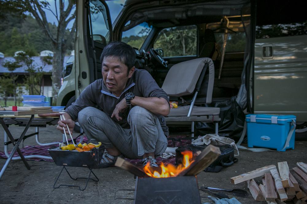 N-VAN COMPOでキャンプする男性
