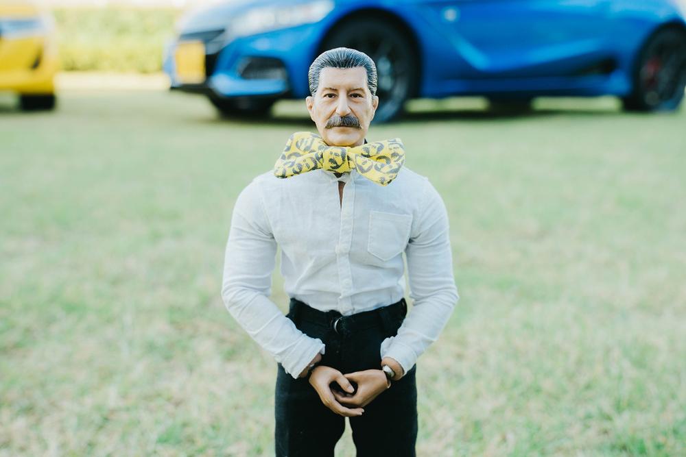 蝶ネクタイをしたおじさん家政夫のヨシダさん