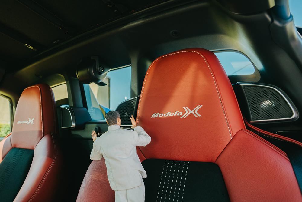 S660 Modulo Xのスカイサウンドスピーカーシステムを見つけるミフネさん