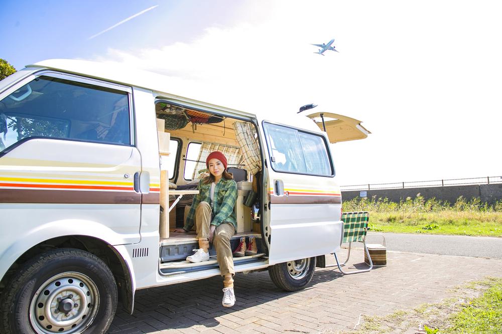 愛車のバン「サンシー号」でキャンプを楽しむYURIEさん