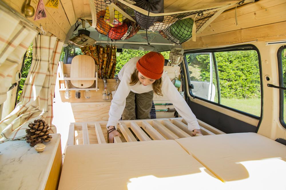 YURIEさんが愛車「サンシー号」のベッドを作っているところ
