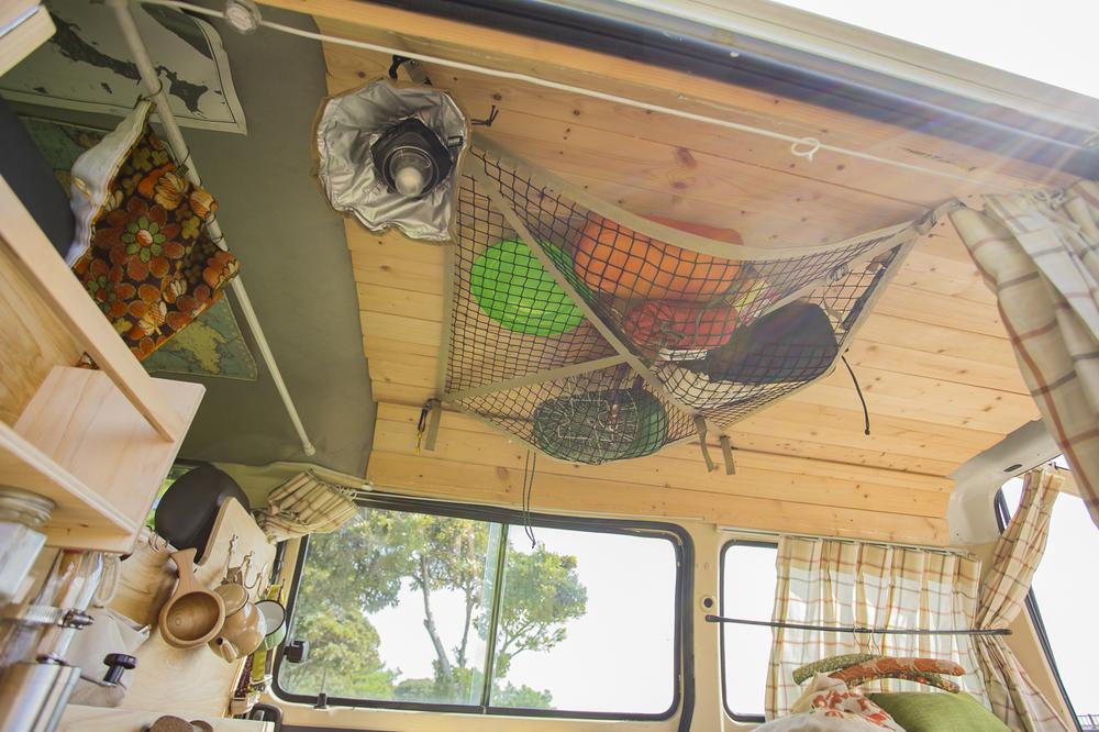 板張りの天井にネットを張って小物の収納に