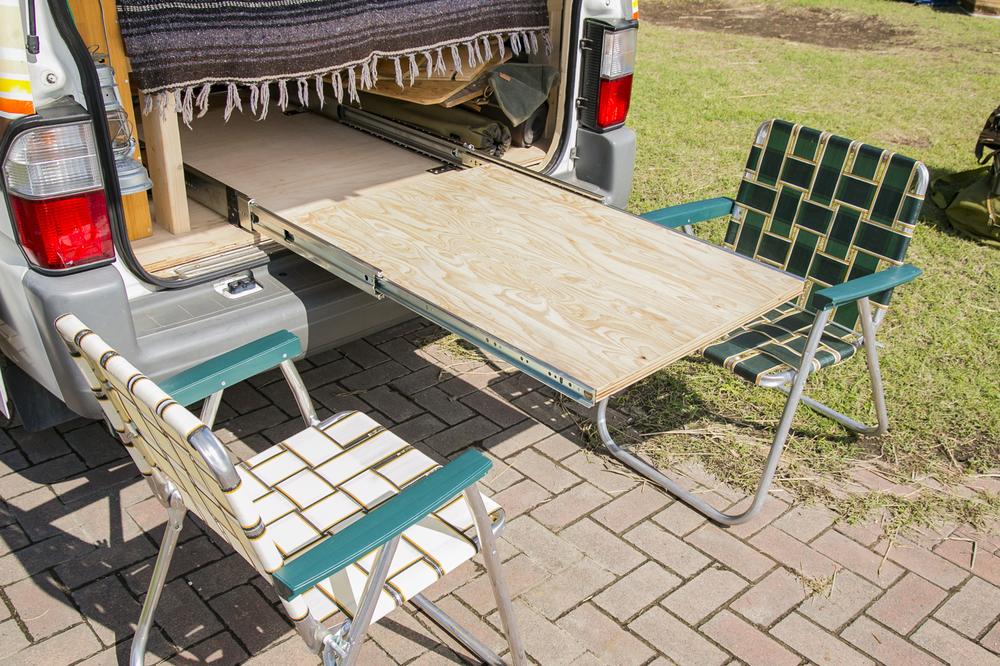 レールスライドで出し入れするテーブルは、セッティングも片付けも簡単