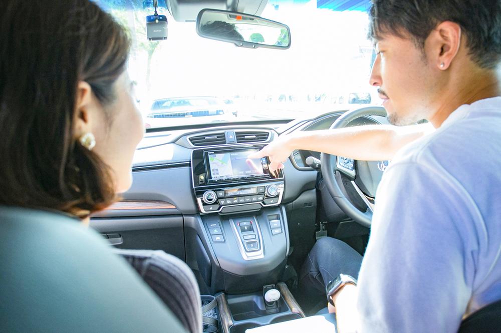 HondaのSUV「CR-V」でバチェラー小柳津林太郎のドライブデート、カーナビを指差す小柳津さん