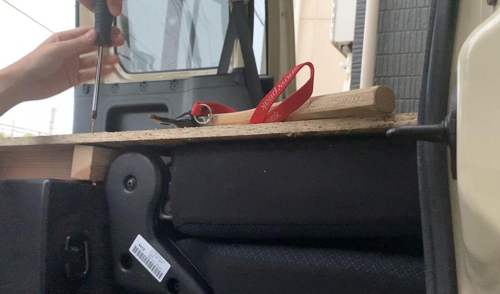 床板となるOSBボードと角材をネジで止める様子