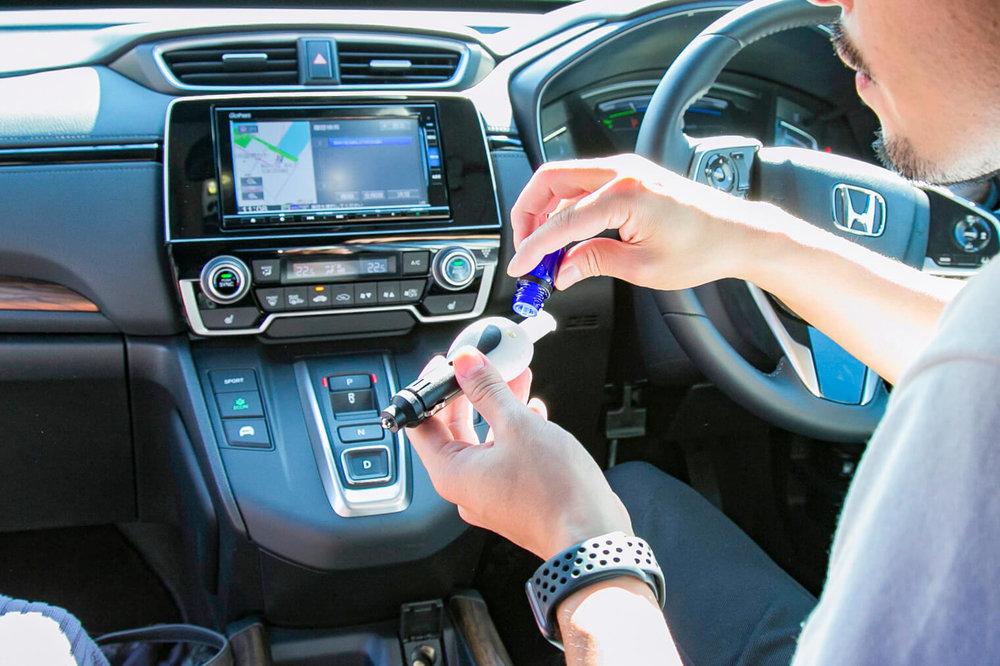 バチェラー小柳津林太郎のドライブデート、アロマモーメントで車内をいい香りに