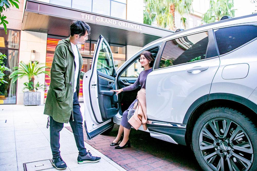 HondaのSUV「CR-V」でバチェラー小柳津林太郎のドライブデート、彼女のための助手席のドアを開けてあげる