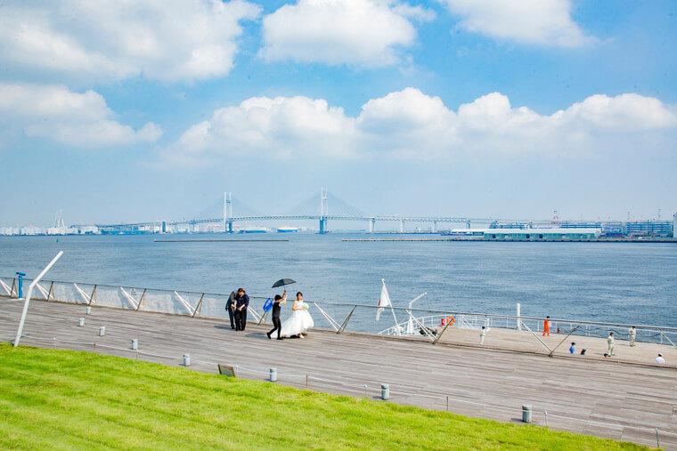 大さん橋から横浜ベイブリッジをのぞむ