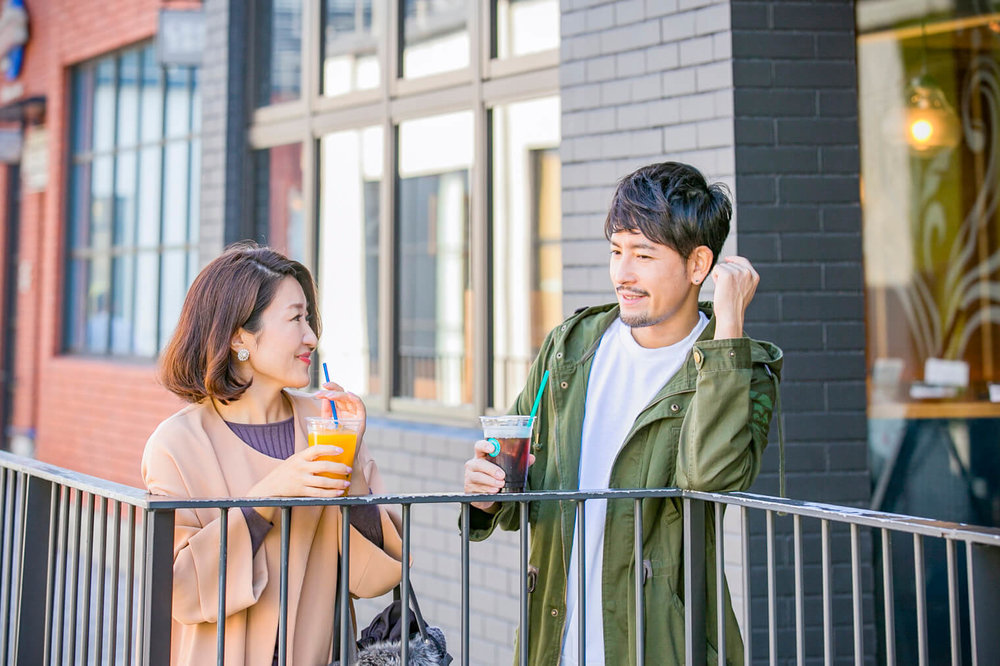 バチェラー小柳津林太郎の横浜デート、マリン アンド ウォーク ヨコハマで飲み物を手に持って