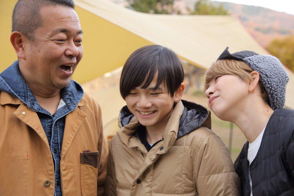 笑顔で写る親子3人ショット