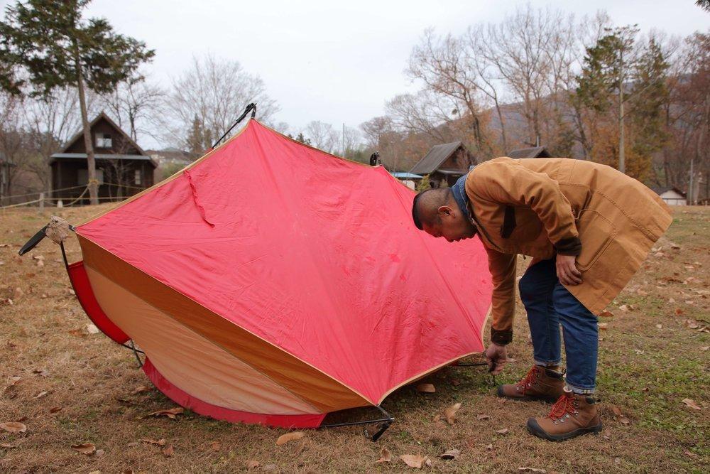テントの底面を乾かしている様子